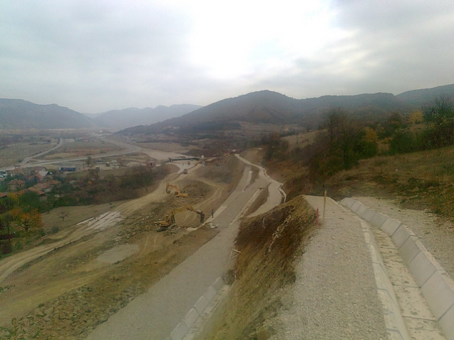 Construction of E80 east, from Nis to the Bulgarian border at Dimirovgrad, an off-shoot of pan-European Corridor X, is well advanced.