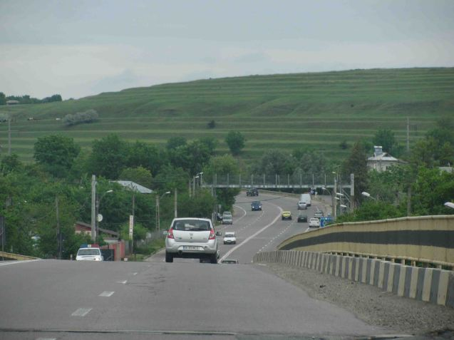 The landscape is rolling at best. We pass through a town called '1 Decembrie', named to commemorate the day in 1918 - the Grand Union - when Transylvania joined Romania and the whole country declared itself independent of the fast disintegrating Austro-Hungarian empire.