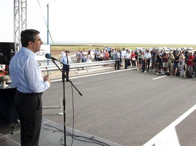 Bulgarian President Rosen Plevneliev opening the Trakia Highway yesterday.