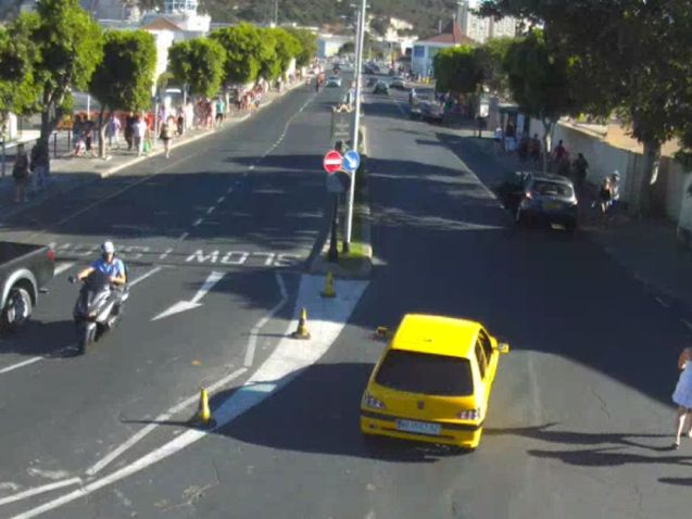 www.frontierqueue.gi webcam looking down Winston Churchill Avenue, the approach road to the border, at 18:00BST.