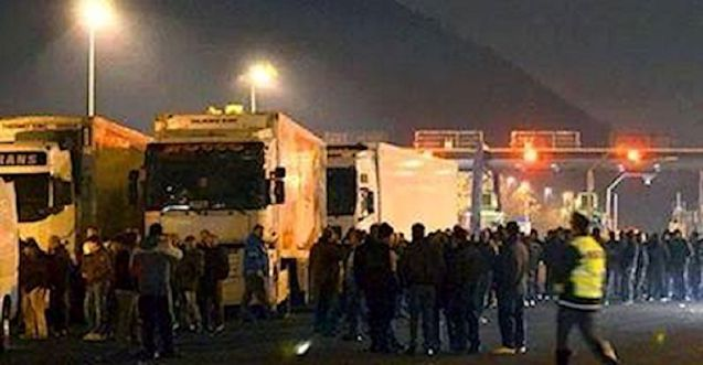Belluno: Forconi (pitchfork) protestors apparently gathering at Belluno on the A27 in northern Italy this evening.