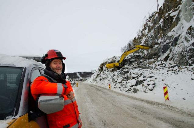 Roads engineer Jarle Sperle working on E16 this week. Pic via www.vegvesen.no