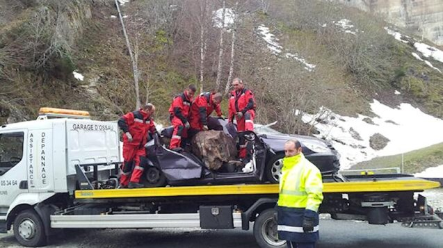 FRANCE. A pregnant woman was killed today after a 400kg rock crashed through the roof of her car in the Pyrenees. Her husband sat alongside escaped unharmed. The couple were driving on the D934 near Artouste south west of Lourdes. Restrictions are currently in place between Laruns and Gabas for investigations though the stretch to the Spanish border is open. Pic via @F3Aquitaine.