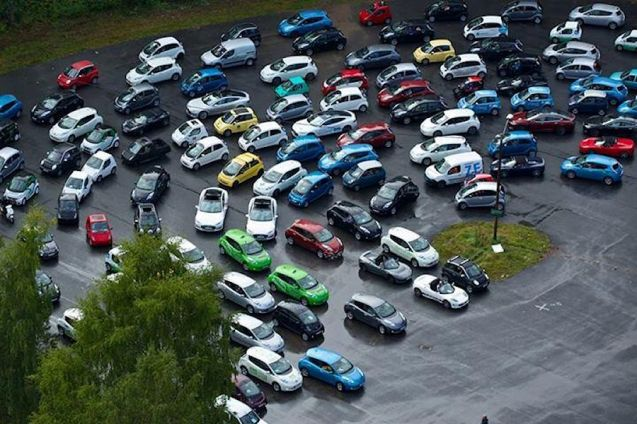 Norway: electric car rally. Can you spot the Renaults? No, us neither. Photo via @RenaultZE