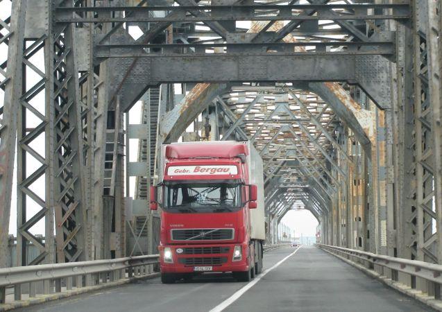 A Romanian truck crossing the Guirgiu bridge to Bulgaria, May 2013. Photo @DriveEurope.