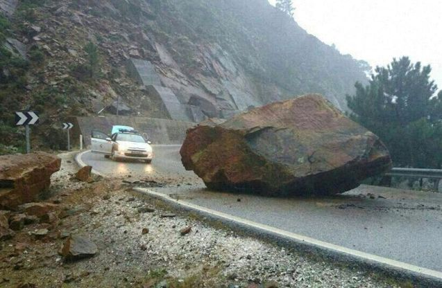 Beware rock falls: a huge boulder fell on the A397 Ronda road in Malaga, southern Spain, yesterday morning. Luckily no one was injured on what is one of the country's most famous scenic routes, a favourite of bikers particularly. Not so fortunate were train passengers in south east France on Saturday. A large rock derailed a train on the Nice-Dignes line, just off the N202 Route des Alpes at Annet, and two people were killed. This follows a particularly tragic case in early January when a pregnant woman died when a 400kg rock crashed through the roof of her car on the D934 near Artouste in the Pyrenees. In Ukraine too, a 3-ton boulder fell on the Yalta-Sevastopol road in the Crimea last night. Photo @ELuqueDo via @Emergenza24