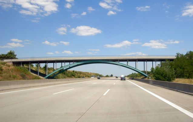 The pillarless steel arch bridge on A9 between Zschepkau and Thalheim.