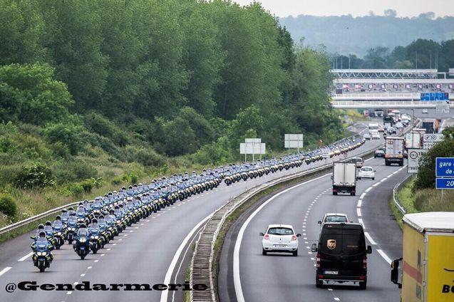 'Discrète arrivée de la @Gendarmerie en Normandie...' photo via @DamienJob