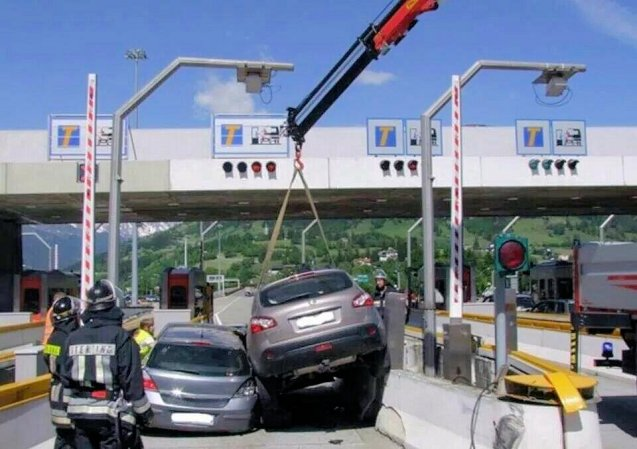 One should never jump to conclusions, particularly after the country lane 911 crash in Luxembourg last week, but it does look awfully like these two Italian cars were involved in an ill-fated race to the toll booth. There by the grace of God go all of us. Photo @Marcello_Gatto via @Emergenza24