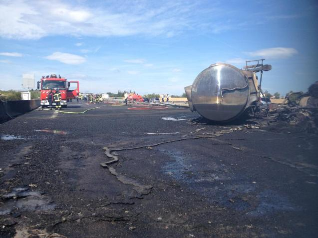 A tanker carrying 36,000 litres of diesel caught fire on the A9 atAgde in the South of France yesterday afternoon shutting the road in both directions. It reopened northbound late in the evening and finally southbound on Saturday morning after being repaved overnight