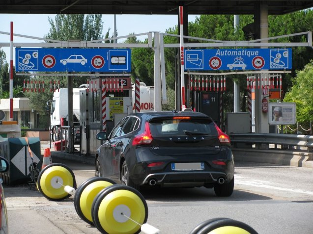 The automatic toll lanes on the A8 near Nice. Photo @DriveEurope