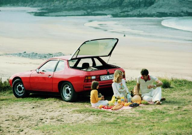 Idyllic family scene apart from someone forgot to bring a knife for the melon. Porsche 924 from @PorscheOrigin