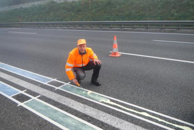 Austria: the Dutch are not the only ones experimenting with temperature sensitive road markings. More later.