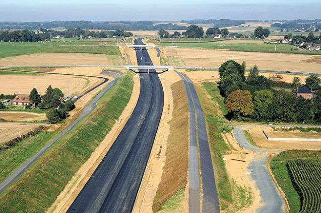 The motorway link between Le Havre and Rouen north of the Seine is finally complete. The new stretch of the A150, opening today, now runs all the way from Rouen to the A29 Le Havre-Amiens at Yvetot. The 20km section costs €3.10 for cars.