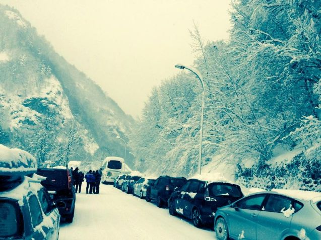 Column – or convoy – driving is quite common in Norway. Divers are prepared to wait, sometimes overnight, for a snowplough escort along hard hit roads. This is the first time we've heard of it on mainland Europe however (though that might not mean much). Snowfall was so heavy in the Pyrenees over the weekend that roads up to many of the resorts were closed. Yesterday afternoon, after checking cars had snow chains on at least the driven wheels, police led a convoy of 500 vehicles down from Cautarets and 150 vehicles from Gourette. More major snowfall is expected this week. Photo @SylvieDurruty, Deputy Mayor Bayonne.