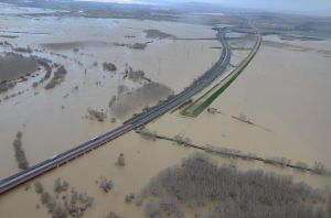 The huge snow dump in the Pyrenees in the week turned into massive flooding in parts of north east Spain this weekend. The River Ebro has burst its banks in places and it threatening the same in the city of Zaragoza particularly. The major road network has escaped unscathed so far. See the latest at DGT.es. Photo @InfoEmerg