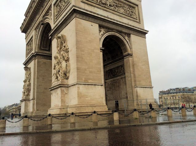 Rounding the Arc de Triomphe.