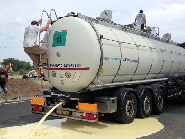 French farmers empty an Italian tanker onto the D910 near Metz on 22 July. Photo via @NRCP_Poitiers