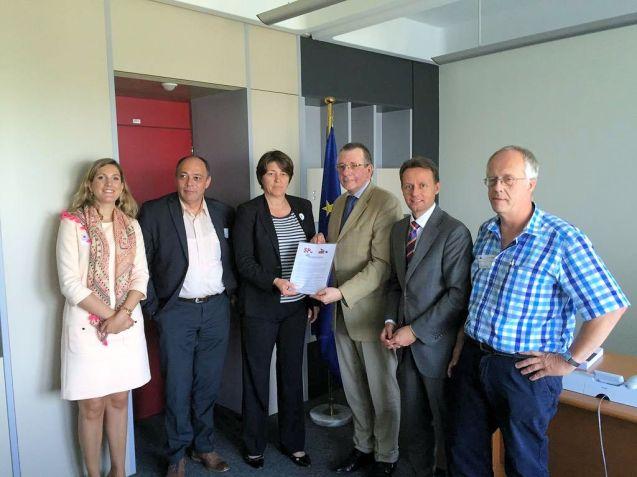 EU Transport Commissioner Violeta Bulc (centre, left)meets with MEP Dennis de Jong (centre, right) and representatives of the