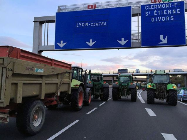 Farmer blockade in Lyon this morning. Photo @JKU_Jeep
