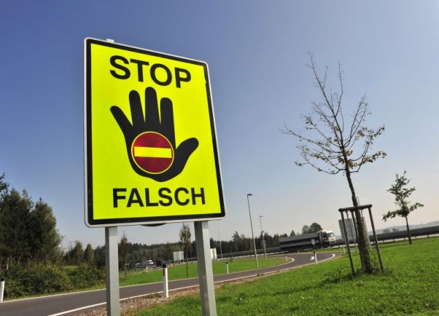 The wrong-way warning sign as used in Austria and Germany. Photo @ASFINAG