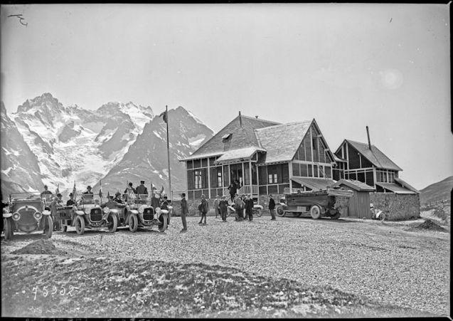 Col du Lautaret. Départ des autocars du chalet du P.-L.-M., 1922 Négatif sur verre, 13 × 18 cm. BnF/Agence Rol