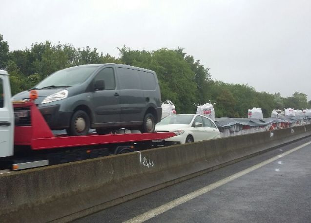 The first vehicles stranded on the A10 at Orleans have been freed. Around 100 trucks and 200 cars, spread over 3km, have been trapped between two flooded sections of the motorway north of Orleans since Tuesday. VINCI Autoroutes has been working since Thursday to create a 'dry corridor' from a line rubble bags covered by a waterproof membrane. It finally succeeded late yesterday enabling water to be pumped out overnight and tow trucks to move in first thing this morning. In its latest update, VINCI Autoroutes says the rest of the vehicles will be given back to owners throughout the day. Meanwhile, more sections of A10 have reopened to local traffic, including the A19 junction both ways at Artenay. However, through traffic should continue to avoid the area on the A11-A28 via Le Mans.