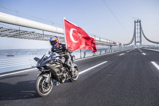 Daredevil World Supersport rider Kenan Sofuoglu broke the Land Speed Record on a production motorbike on Tuesday on the brand new Izmit Bay Bridge near Istanbul. Riding a Kawasaki Ninja H2R, Sofuoglu hit 400kmh (248.5mph) in 26 seconds (watch the video). The new bridge is part of a new road connection between Istanbul and Izmir. When fully open in 2020 it will cut the current nine hour journey to just 3h30. Izmit Bay was officially opened today by Turkish president Recep Erdogan.