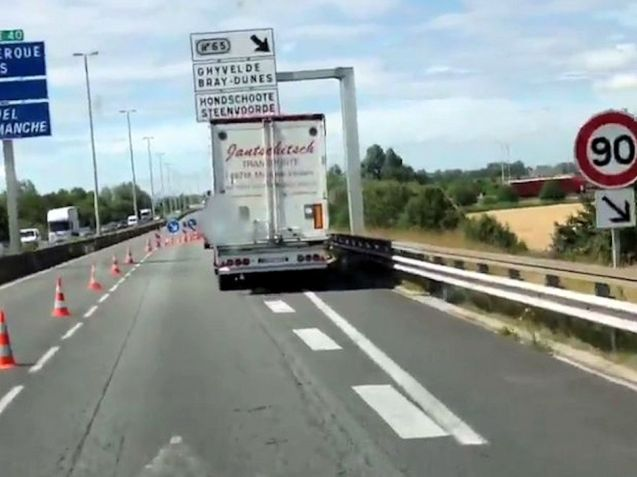 French authorities have actually closed E40 Ostend-Dunkirk/Calais at the border, forcing drivers off the motorway and through a security cordon leading to long delays in recent days. Photo @VID